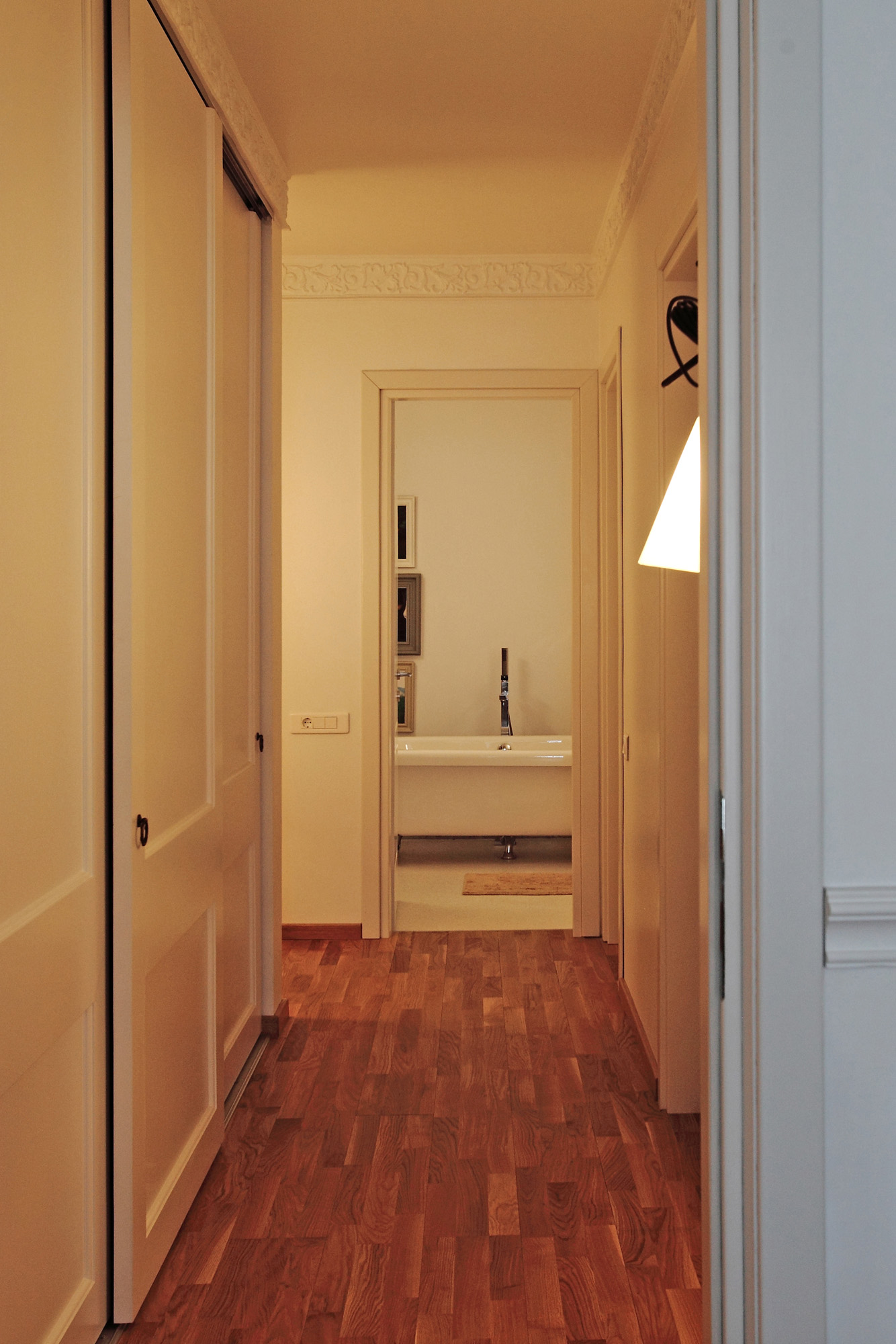 https://ahe-ro.s3.amazonaws.com/12337/apartament-elegant-cu-4-camere-si-terase-generoase-in-centrul-bucurestiului-%288%29.jpg