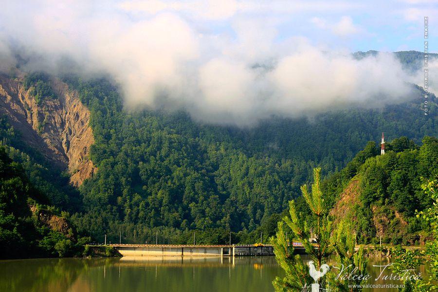 https://ahe-ro.s3.amazonaws.com/1498/lacul-bradisor-valea-lotrului-valcea1.jpg