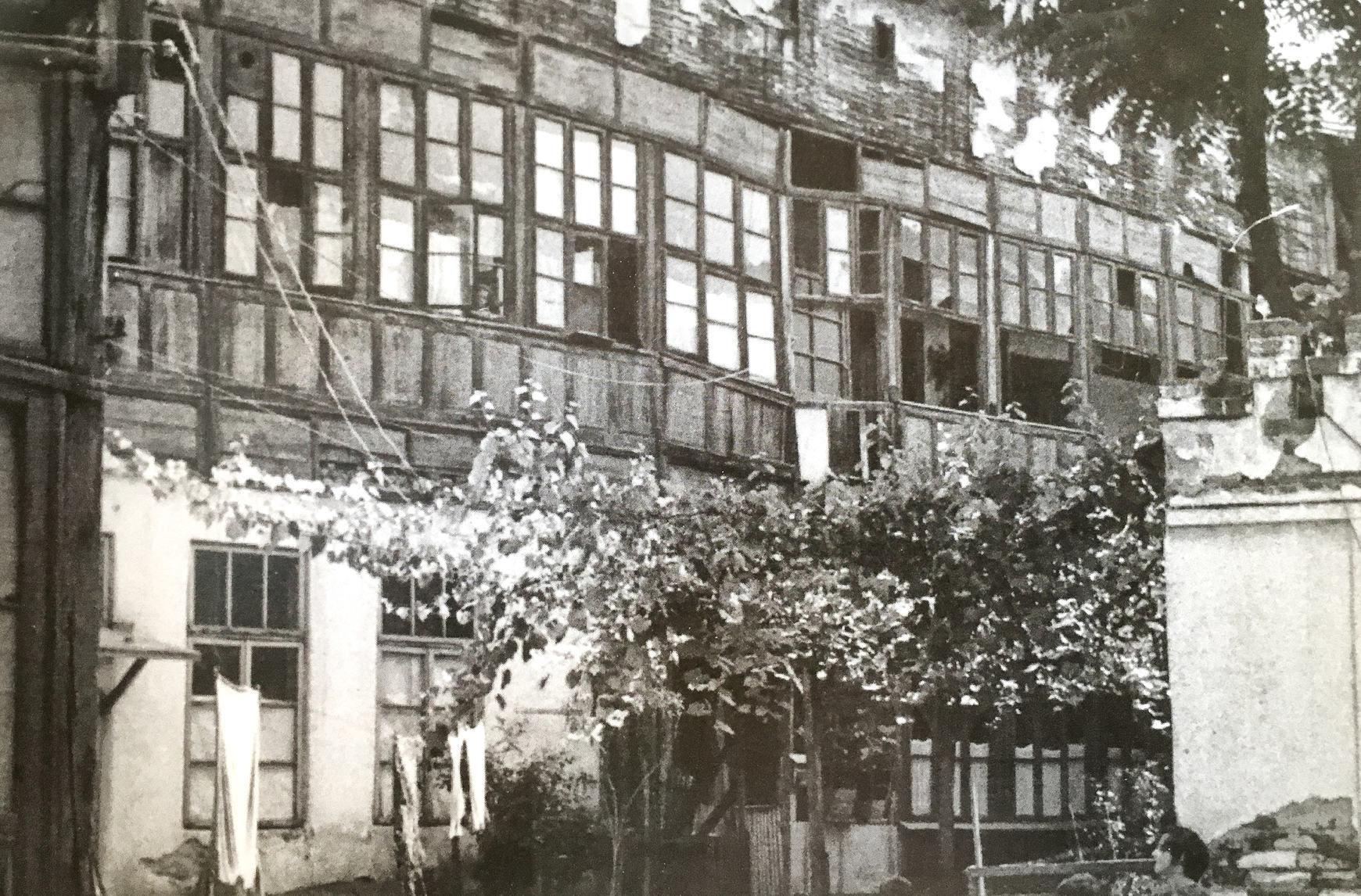 https://ahe-ro.s3.amazonaws.com/2020/rsz_extras_craiova-orasul_celor_o_mie_de_milionari_istoria_craiovei_intre_1800-2000_-_paul_rezeanu_2017.jpg