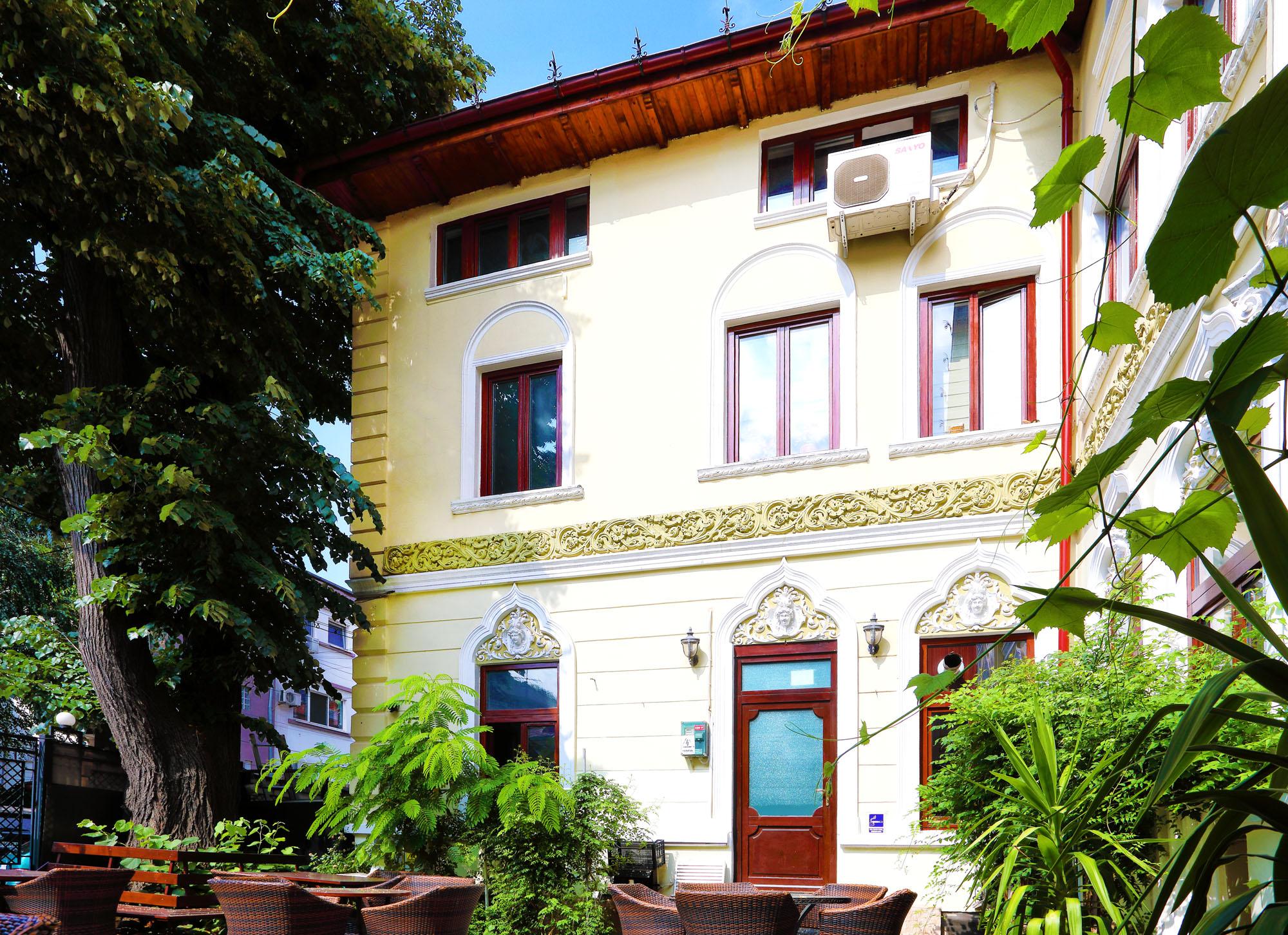 https://ahe-ro.s3.amazonaws.com/2851/casa_cu_ferestre_venetiene_6_.jpg