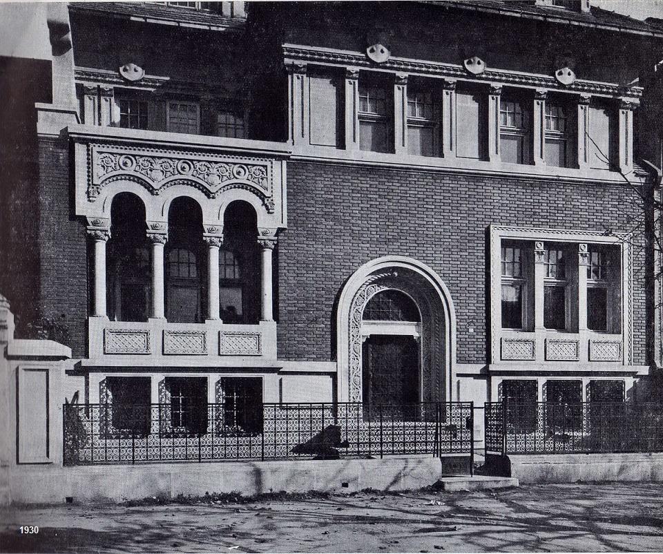 https://ahe-ro.s3.amazonaws.com/847/1.main_entrance_casa_frumoasa_1930..jpg